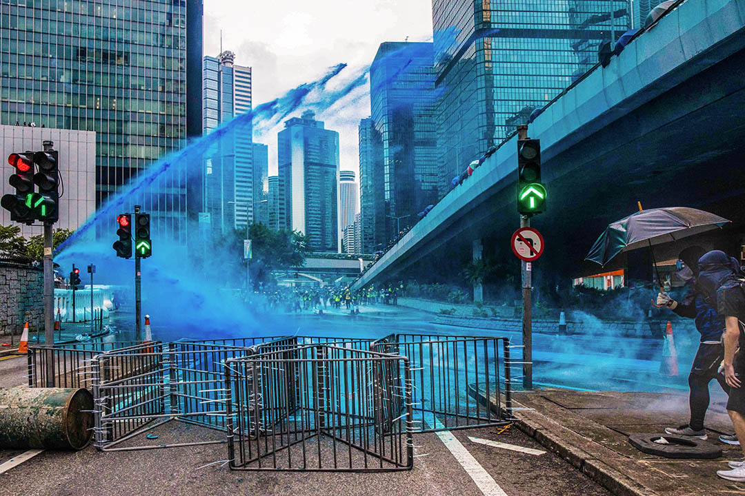 2019年8月31日,警方出動水炮車,噴射藍色的液體,驅散政府總部外的示威者。