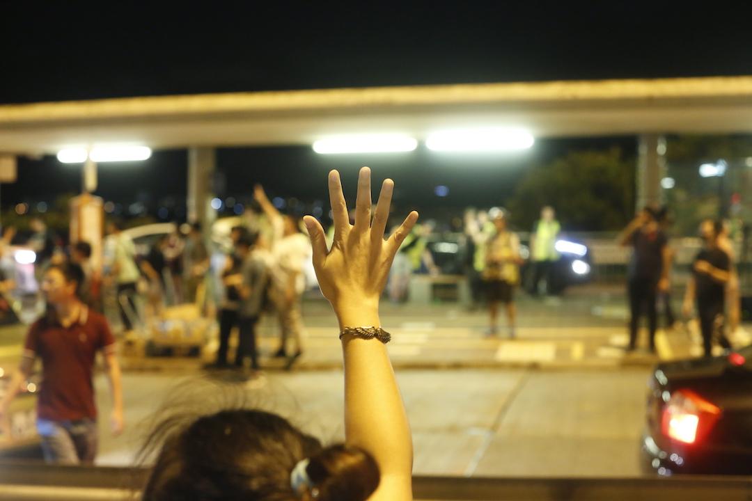 2019年9月1日,大量私家車在青馬廣場收費巴士站義載市民離開。