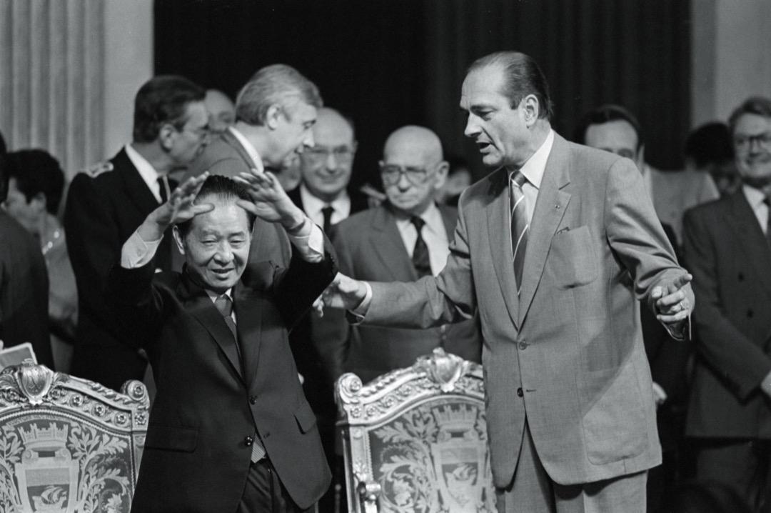 希拉克在任期間與中國關係友好,使他一度在中國成為最受歡迎的外國首腦。圖為1986年時任中共中央總書記胡耀邦到訪法國時與希拉克會面。