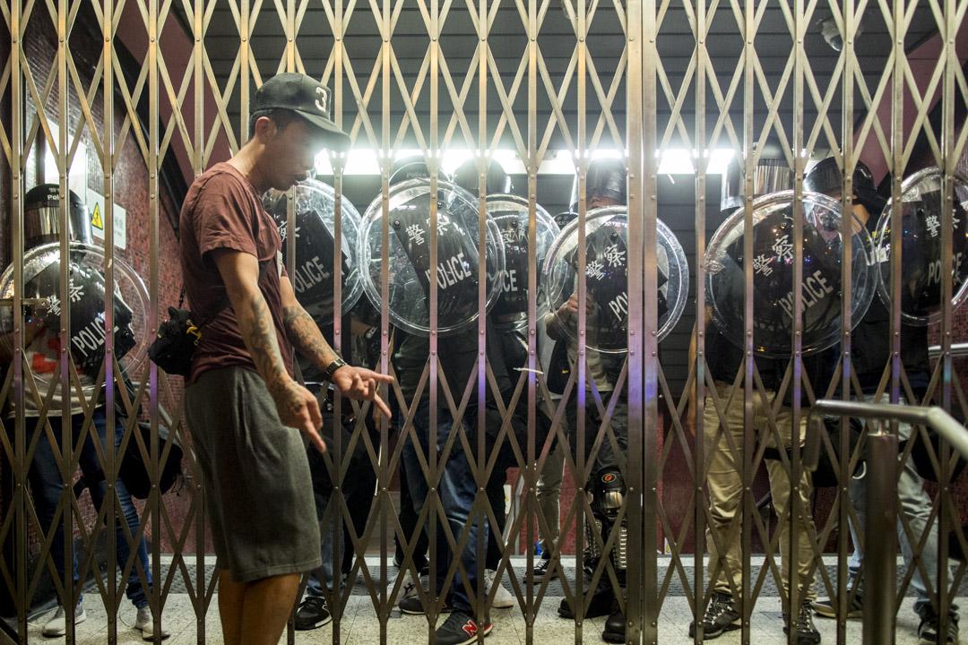 2019年8月31日,港鐵太子站發生防暴警察無差別的毆打乘客後,太子站關閉不准人內進,引起市民不滿。 攝:林振東/端傳媒