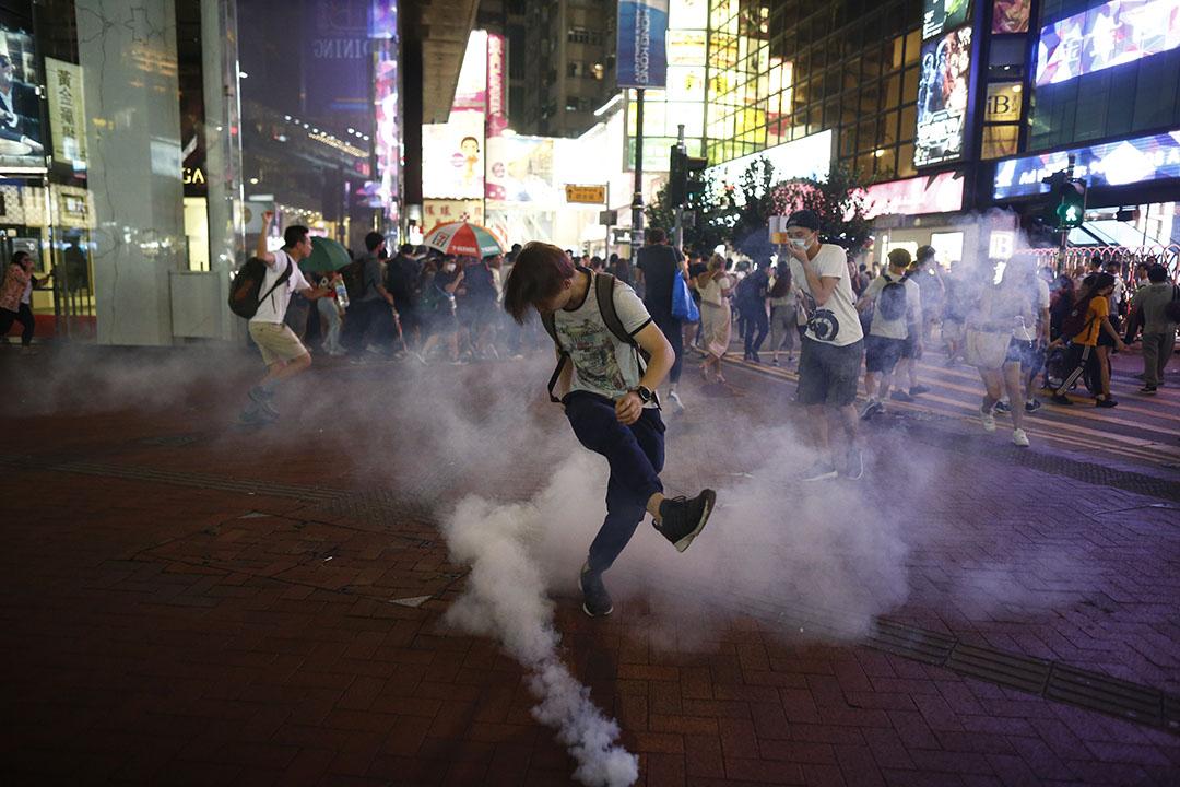 9月8日,晚上8點左右,警方於銅鑼灣軒尼詩道施放催淚彈驅散聚集的市民。