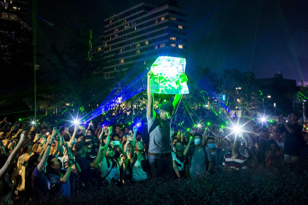 2019年8月7日,香港市民在太空館外用雷射筆集體觀星,抗議警方對購買雷射筆的浸會大學學生會會長方仲賢以涉嫌藏有攻擊性武器拘捕。