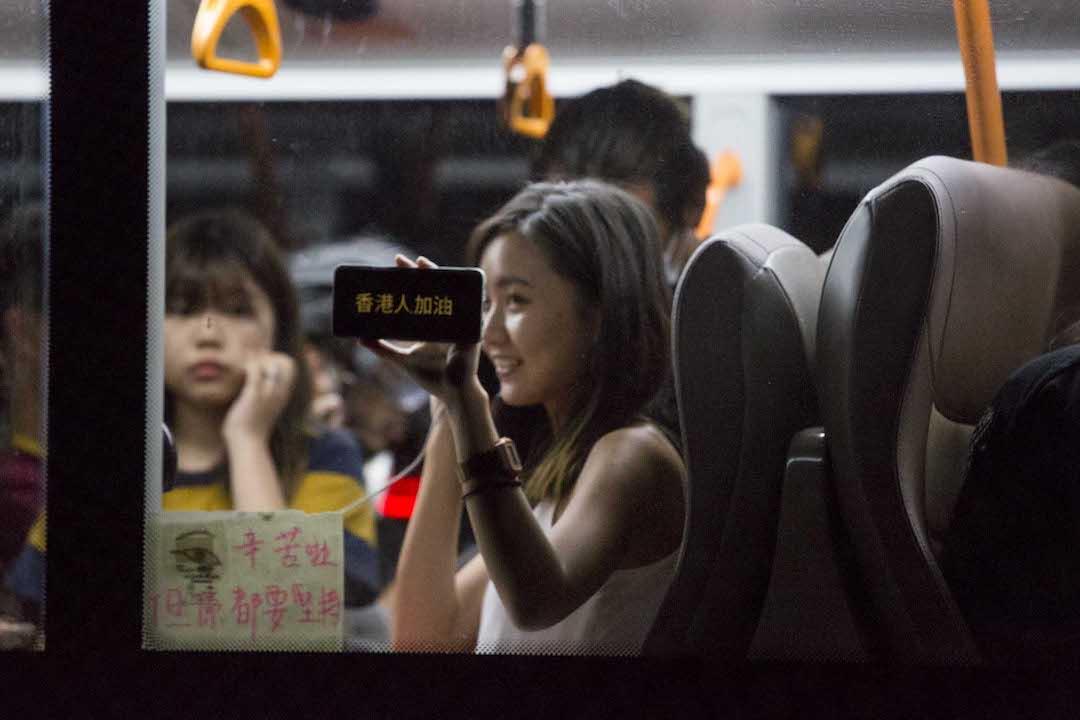 2019年9月1日,巴士乘客在手機打上「香港人加油」向示威者致意。