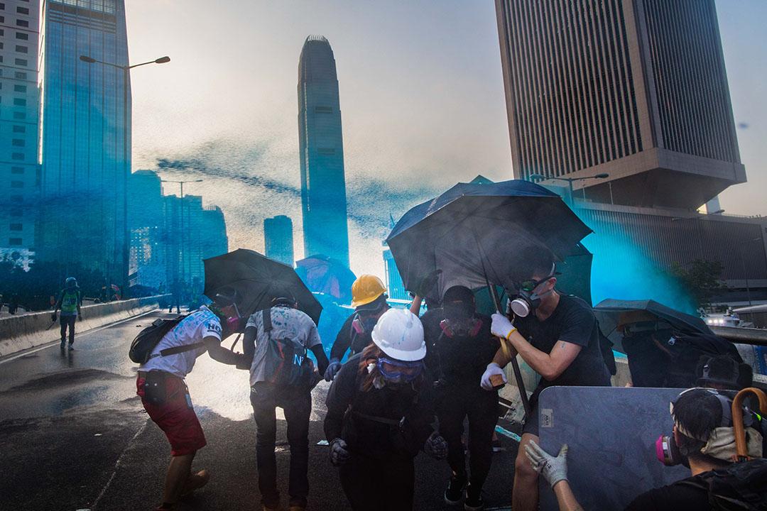 9月15日,下午6點左右,警察出動水炮車和顏色水驅散示威者。