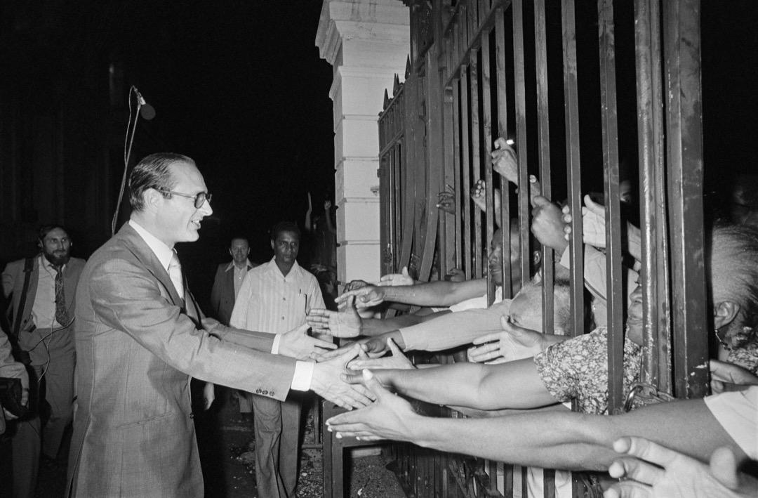 希拉克與法蘭西堡的民眾握手。