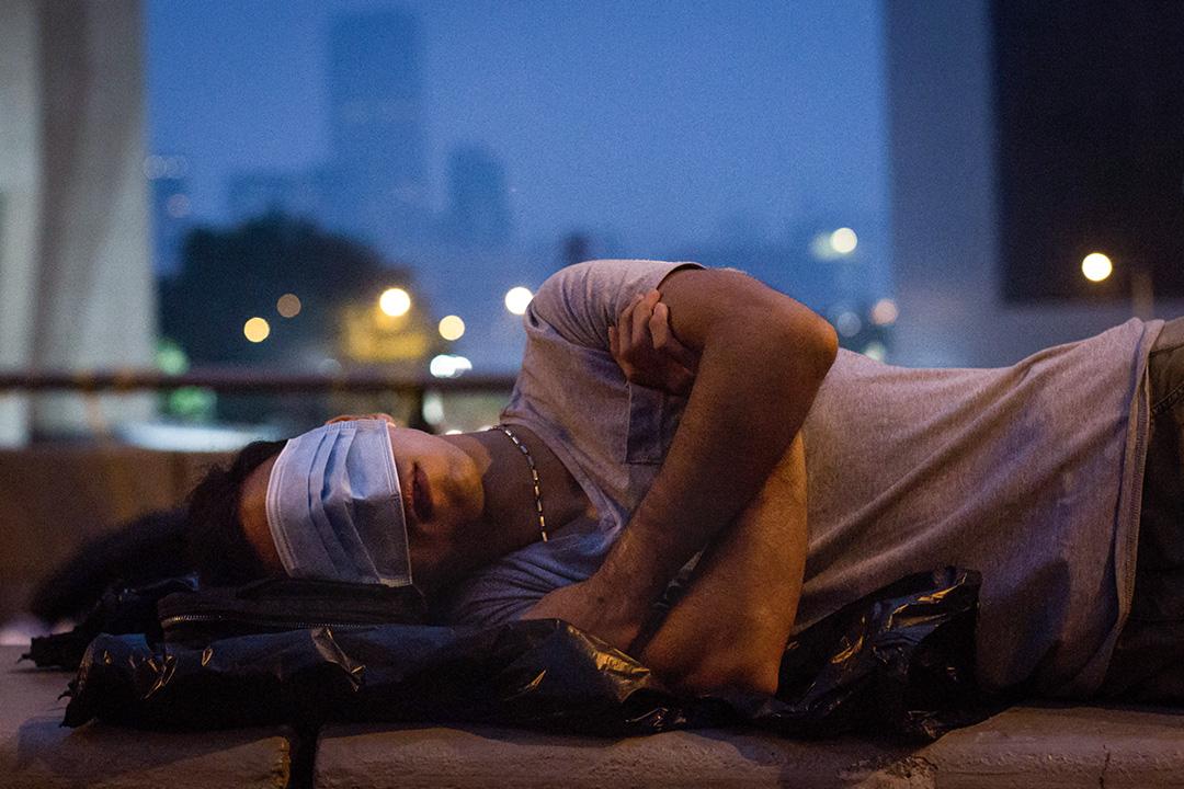 2014年10月5日,雨傘運動期間一名示威者於佔領區的街道上睡覺。
