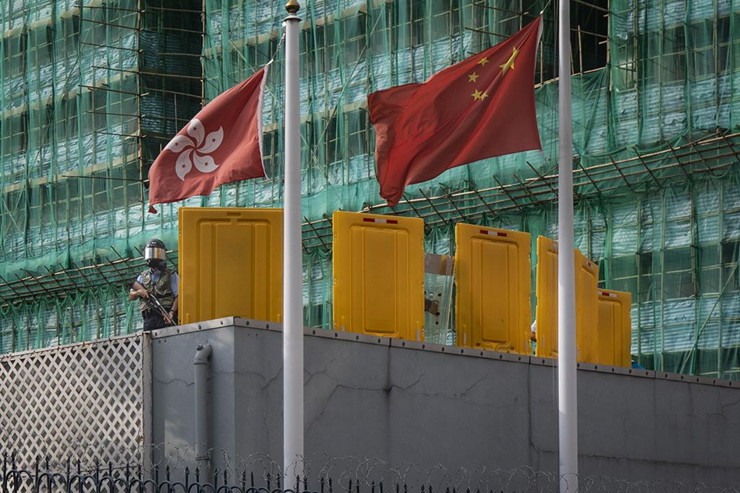 2019年8月12日,深水埗警署內有警員在高處戒備,以防警署外示威者衝擊。