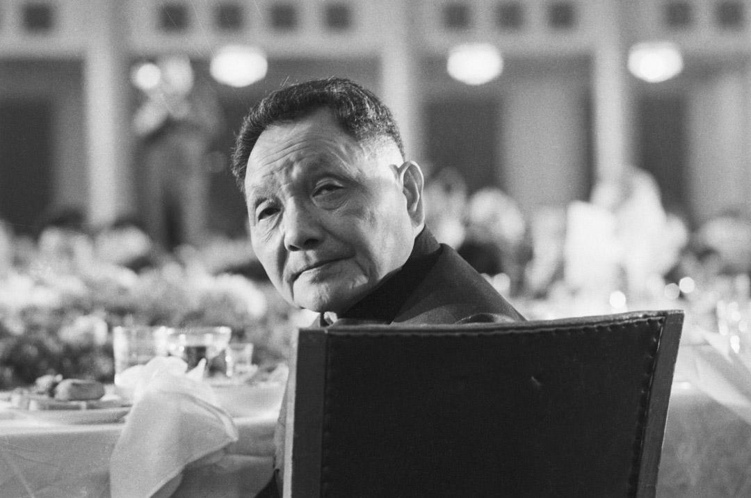 鄧小平在去世前九年實行最高權力交接,完成從「第二代」領導人向「第三代」領導人的過渡,制度性意義不可低估。