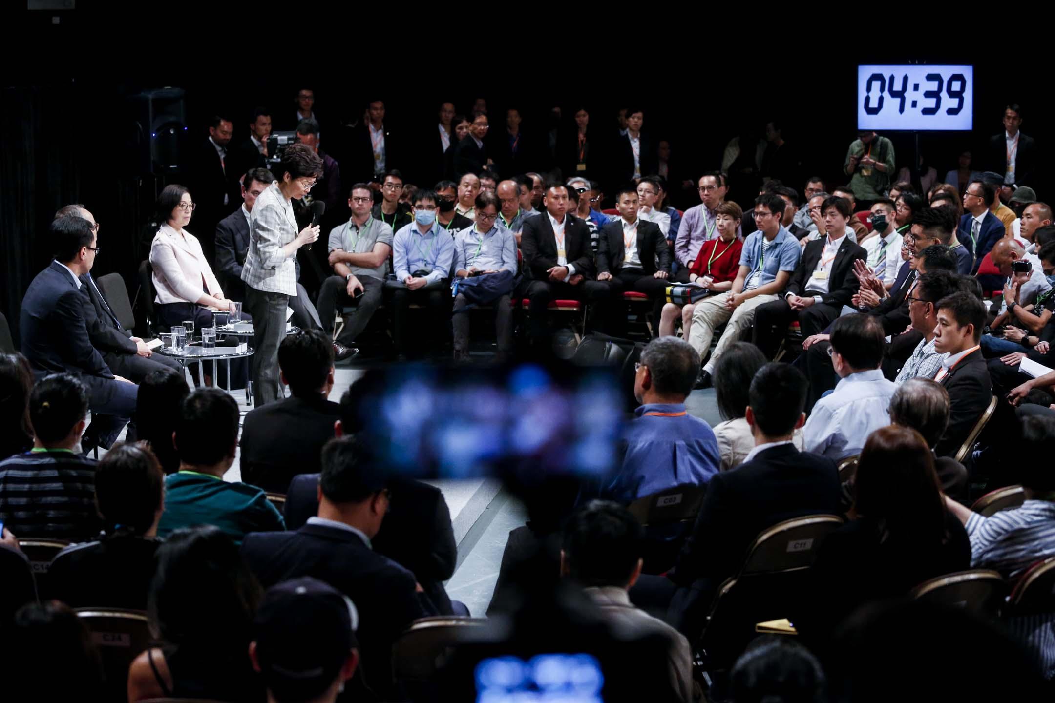 2019年9月26日,政府首場「社區對話」於灣仔伊利沙伯體育館舉行,林鄭月娥回應市民發言。 攝:林振東/端傳媒