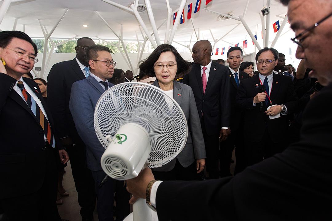 2019年7月13日,在太子港台灣博覽會的一位參展商向台灣總統蔡英文推薦了一個太陽能電風扇。