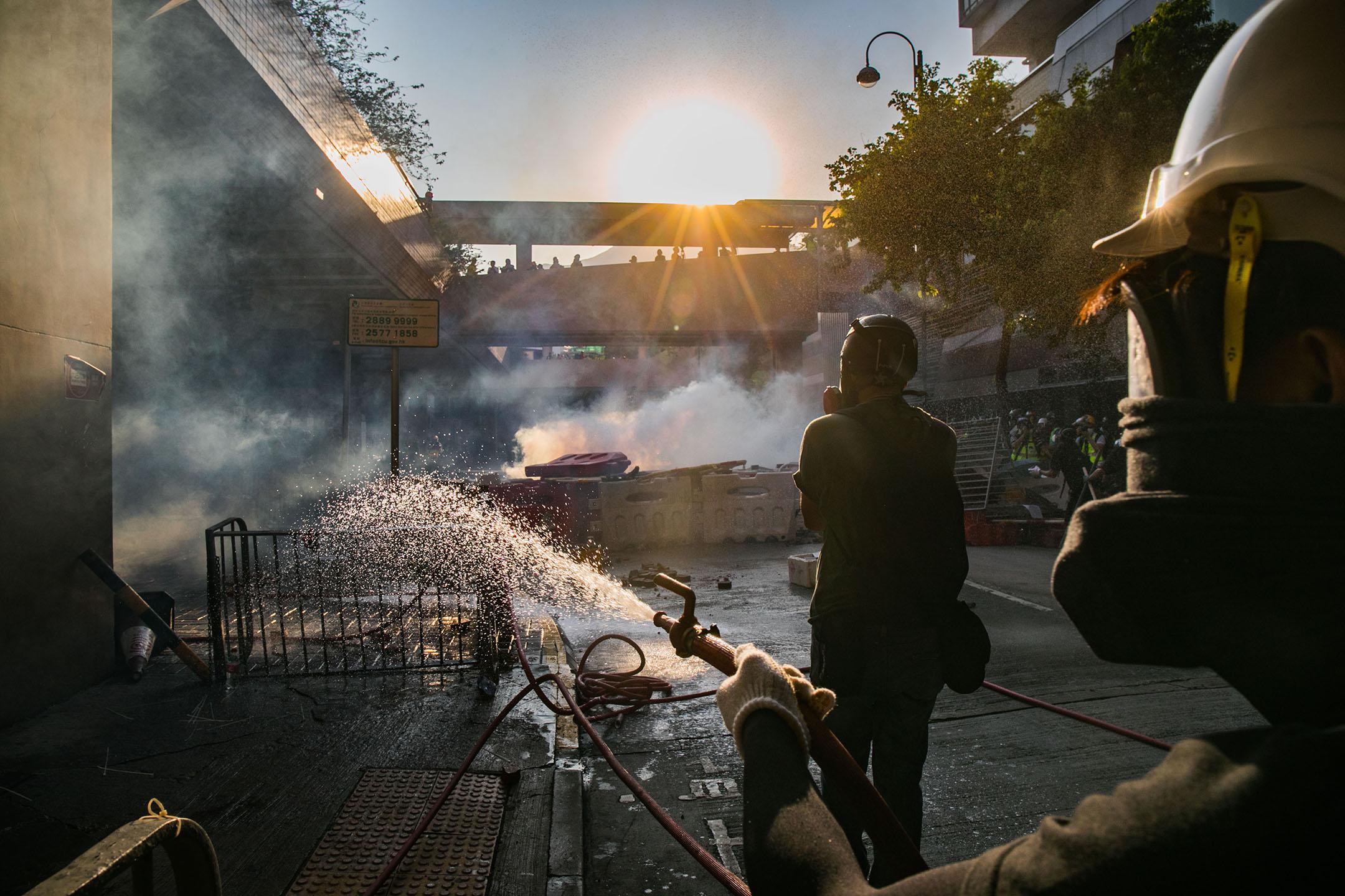 9月21日,五時半左右,屯門大會堂旁,示威者用水淋滅催淚煙。