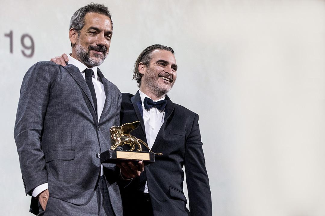 "Todd Phillips 和Joaquin Phoenix 在2019年9月7日意大利威尼斯舉行的第76屆威尼斯電影節頒獎典禮上,憑著""Joker""獲得金獅獎最佳電影獎。"