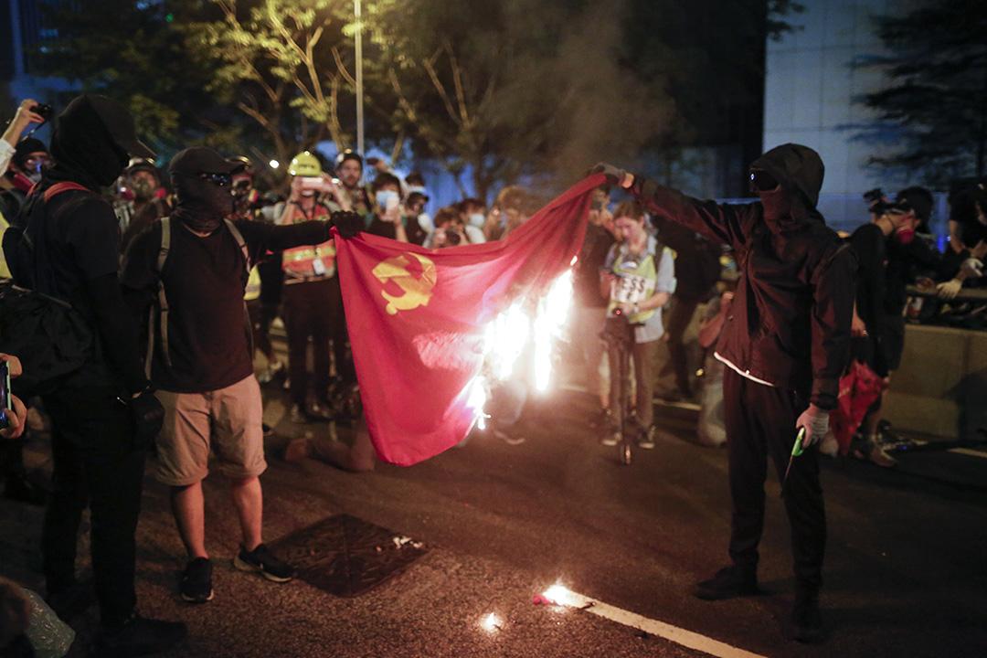 2019年9月28日,示威者在金鐘政總附近焚燒黨旗。