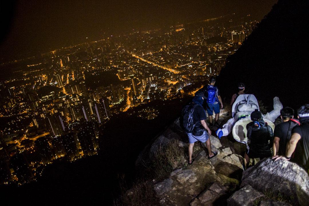 2019年10月13日,一群香港市民連夜通宵將由連登網民製作的民主女神像搬運到獅子山的山頂,並將之豎立。