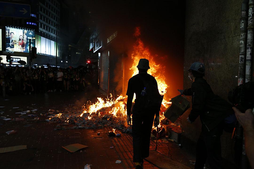 10月4日,晚上9點半左右,示威者焚燒銅鑼灣地鐵站。