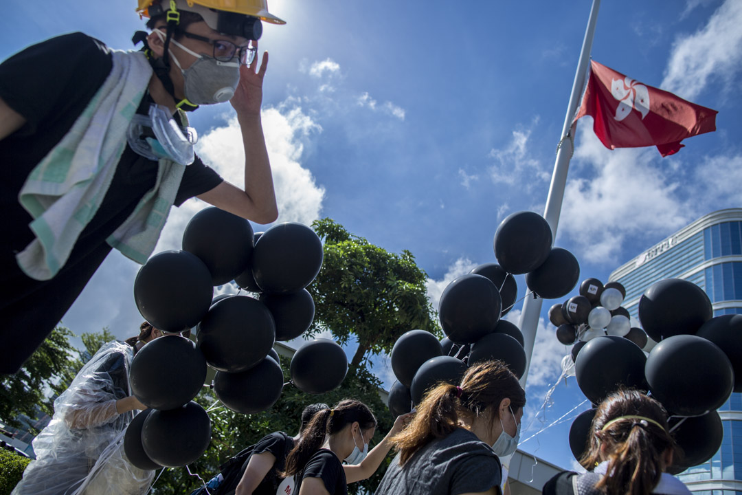 2019年7月1日,示威者在立法會的特區區旗下。 攝:林振東/端傳媒