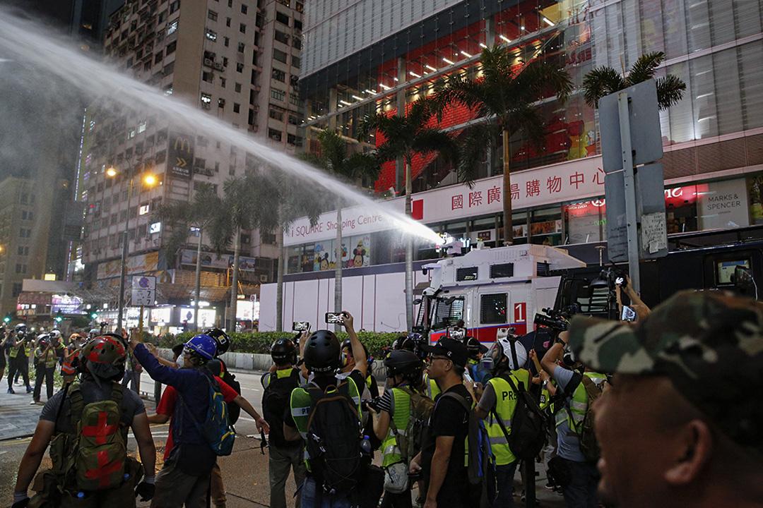 2019年10月27日,警察在尖沙咀發射水砲。
