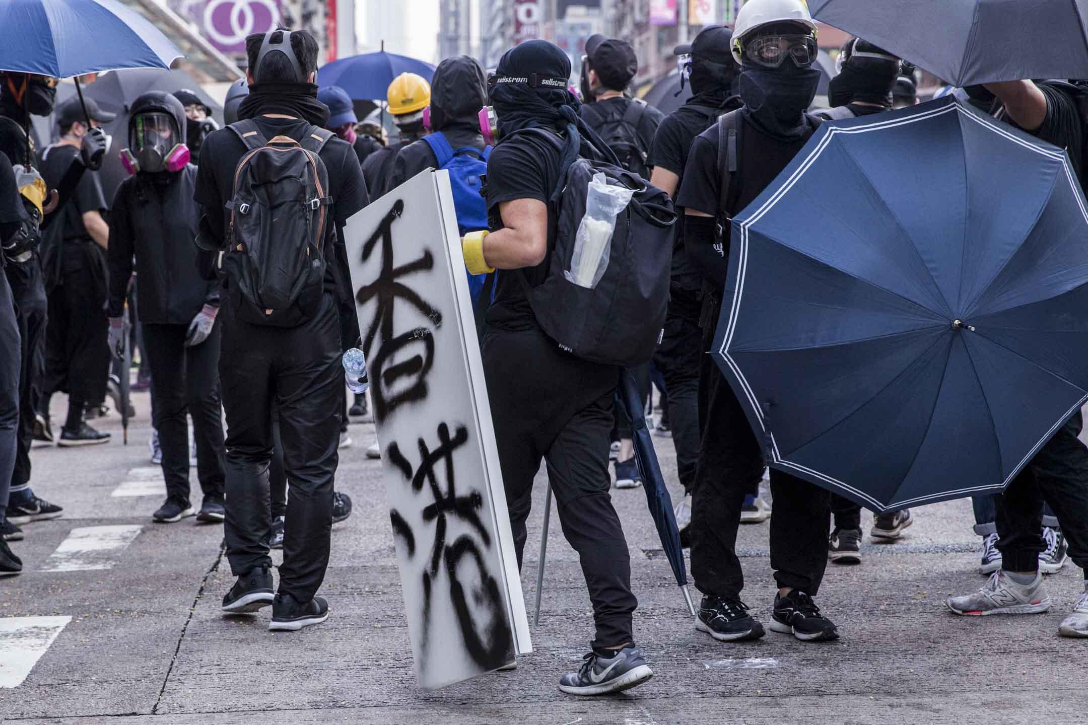 2019年10月20日,九龍區遊行演變成衝突,示威者在旺角架設防線。 攝:林振東/端傳媒