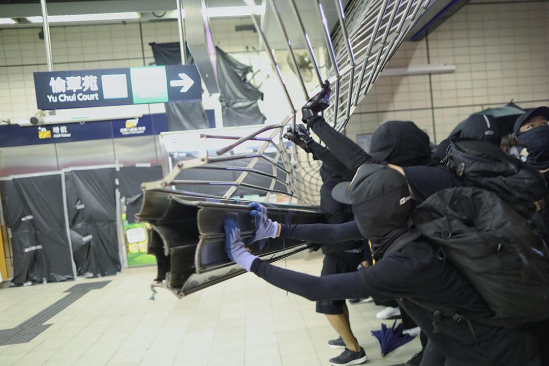 10月4日,晚上10點左右,沙田,示威者衝進港鐵站,破壞設施。