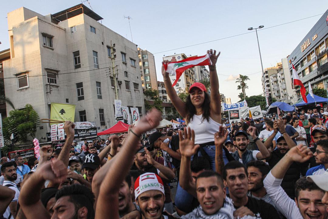 2019年10月29日在黎巴嫩南部城市賽達,民眾得知哈里里(Saad Harir)辭任總理後上街慶祝。 攝:Mahmoud Zayyat / AFP via Getty Images