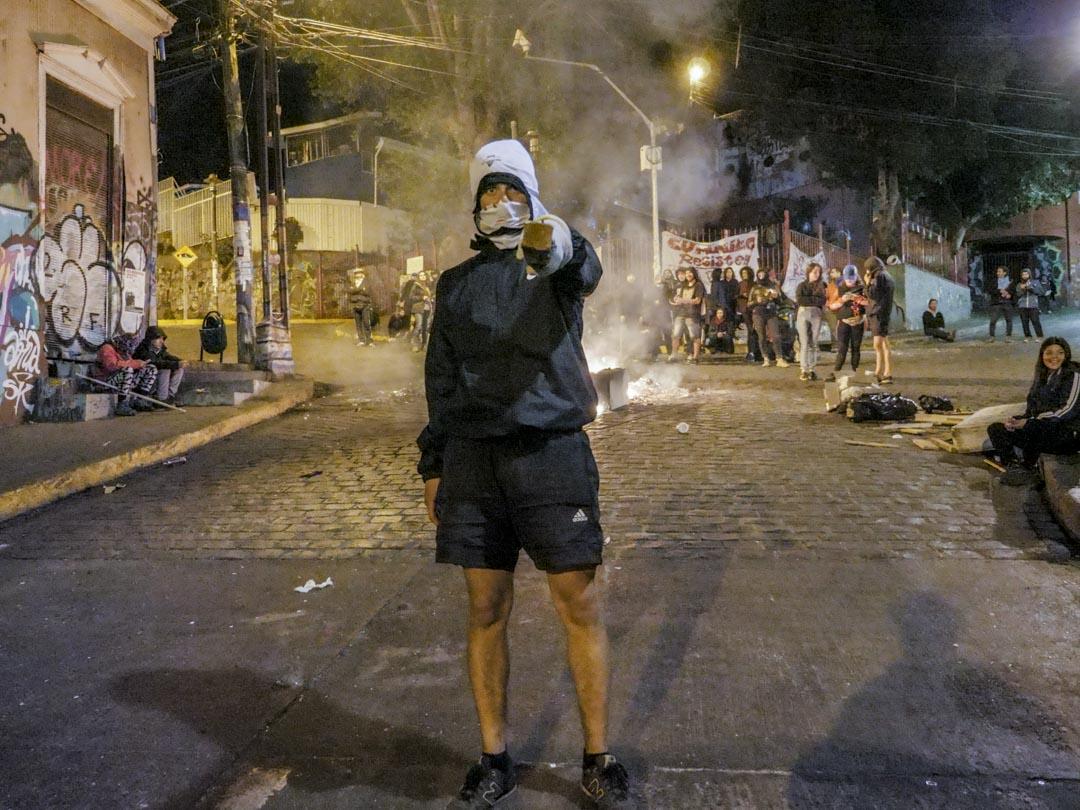 2019年10月25日晚,宵禁時分,智利城市瓦爾帕萊索(Valparaiso)街頭的示威者。