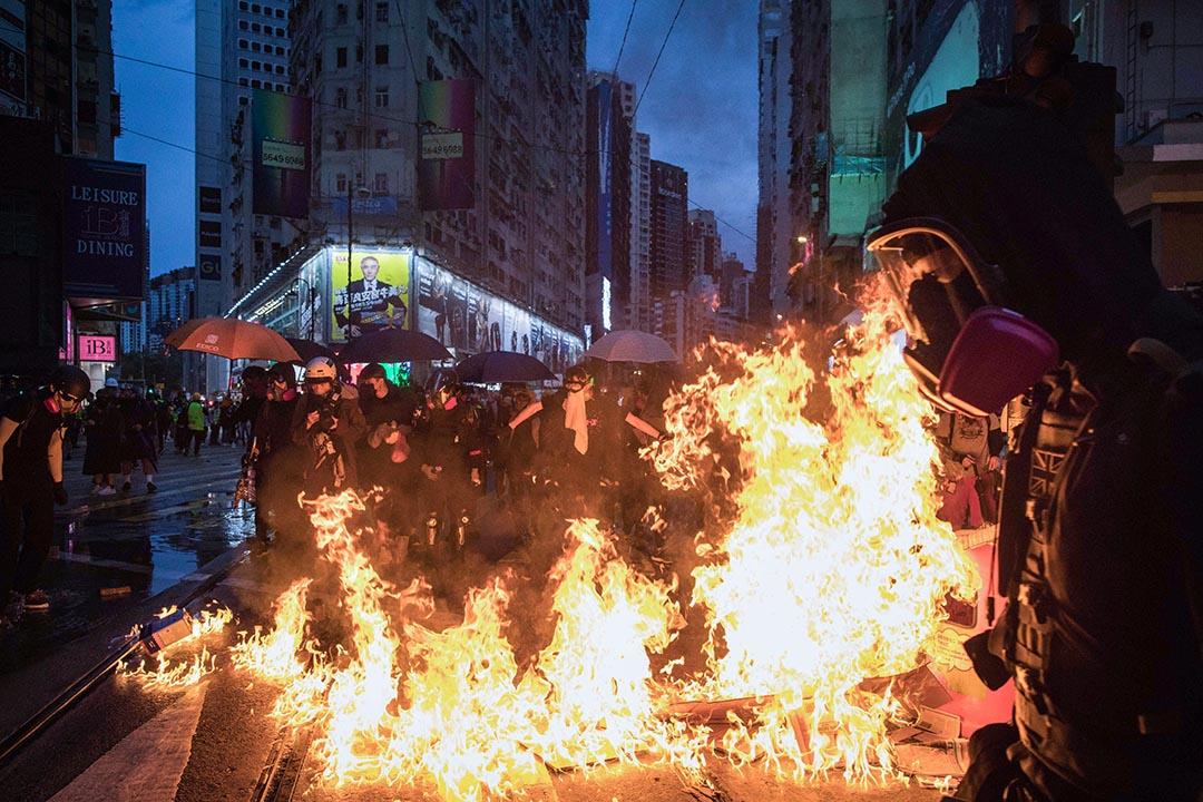 2019年10月7日,示威者佔領銅鑼灣馬路並焚燒雜物,以阻擋警方衝進。