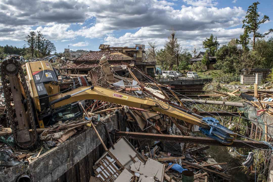 2019年10月13日,日本千葉縣一部被颱風吹後倒下的挖泥機。