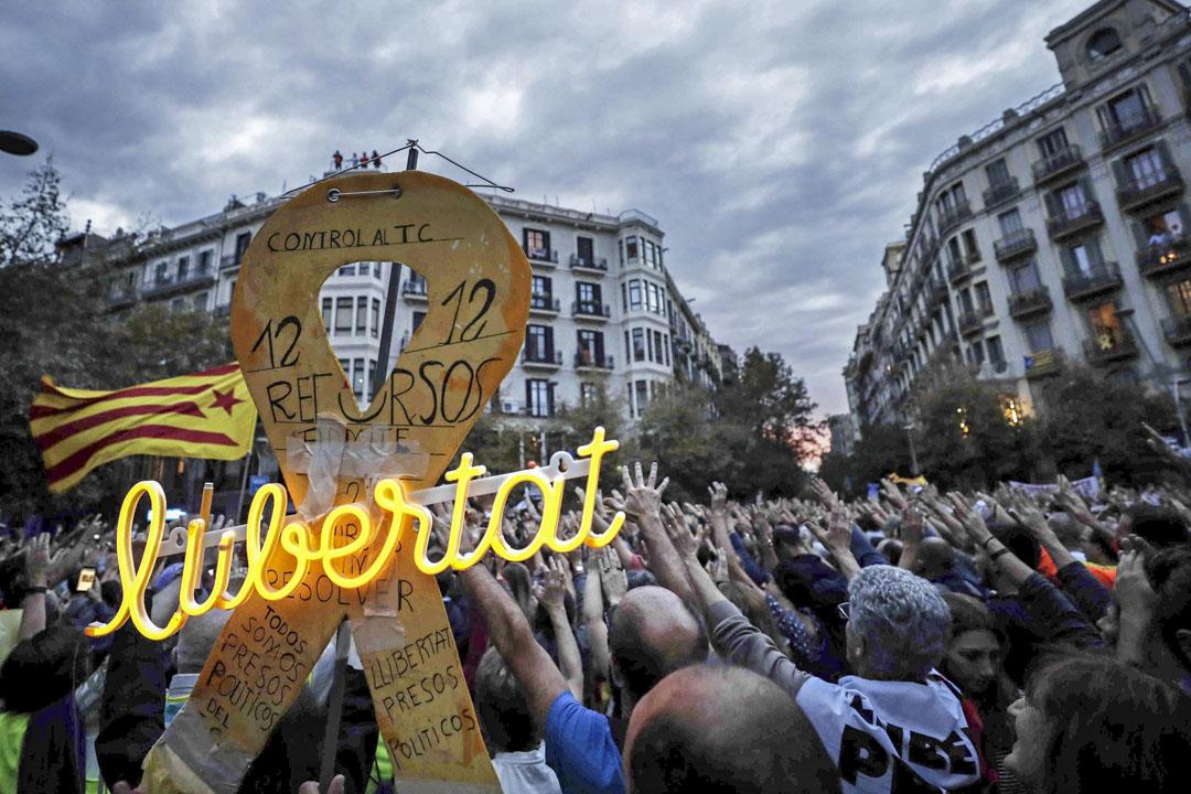 2019年10月20日,巴塞羅那,加泰隆尼亞地區抗議活動持續,示威者在巴塞羅那政府代表辦公室前集會,參加「保衞共和國委員會」(CDR)發起的「共和國野餐」示威活動。