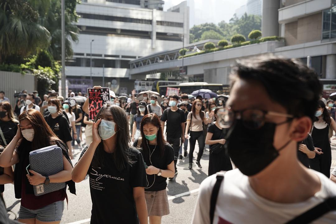 2019年10月2日,逾千人於中上環「快閃」遊行,抗議之前一天在荃灣有警員近距離以實彈槍傷一名就讀中五的學生示威者。 攝:劉子康 / 端傳媒