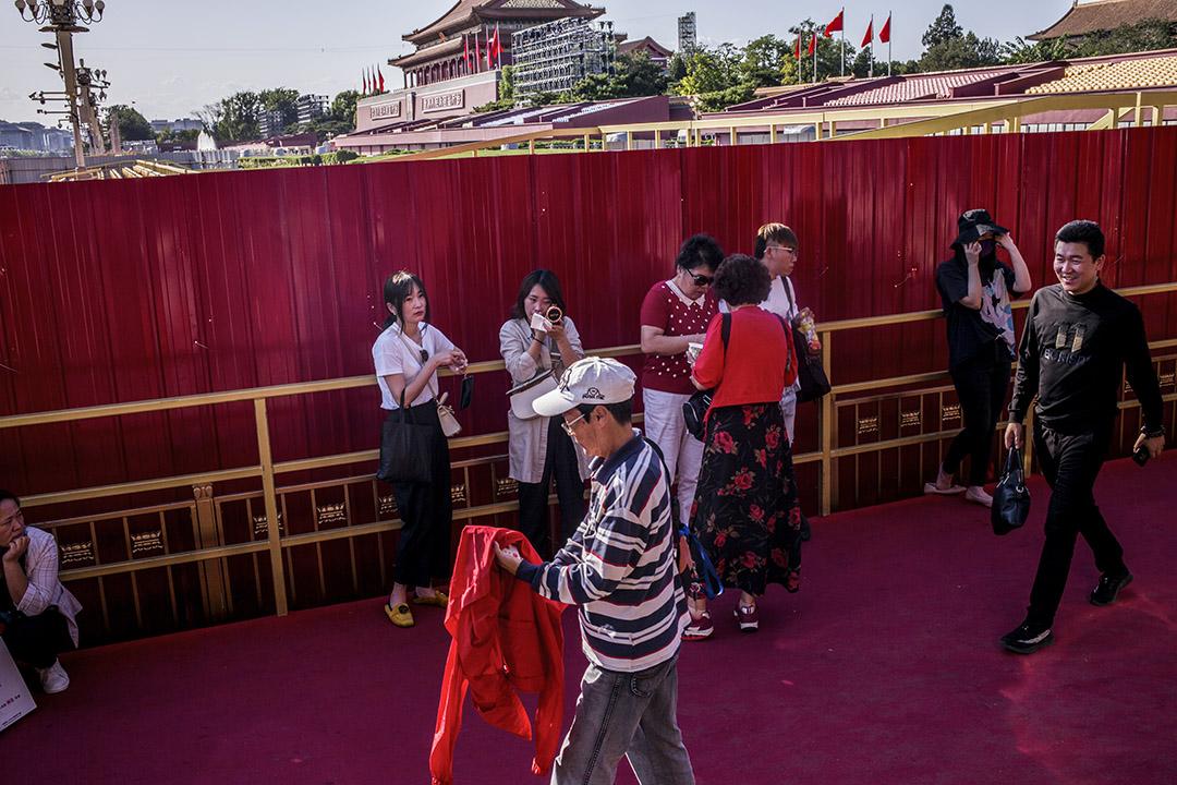 2019年9月,北京,通過天安門廣場安檢後的市民。 攝:林振東/端傳媒