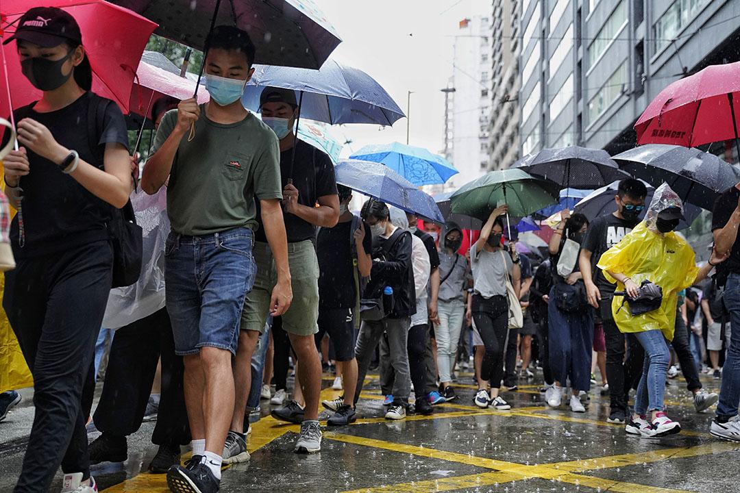 10月6日,下午三點左右,銅鑼灣,大雨,示威者遊行抗議緊急法。