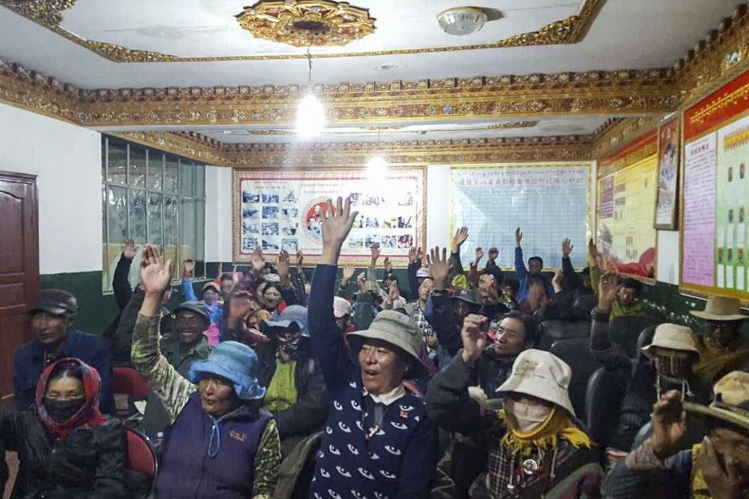 牧民們在群眾大會上舉手表決。