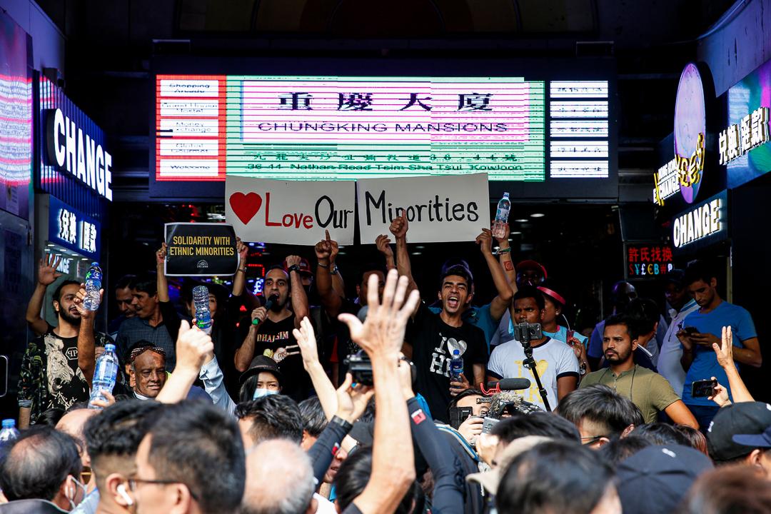 2019年10月20日,重慶大廈門外,有少數族裔人士聲援示威者。