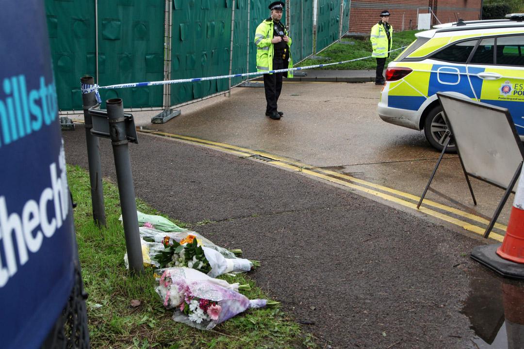 2019年10月24日英國瑟羅克,在警察線警戒線旁的卡車發現39具偷渡客屍體,市民擺放鮮花悼念。