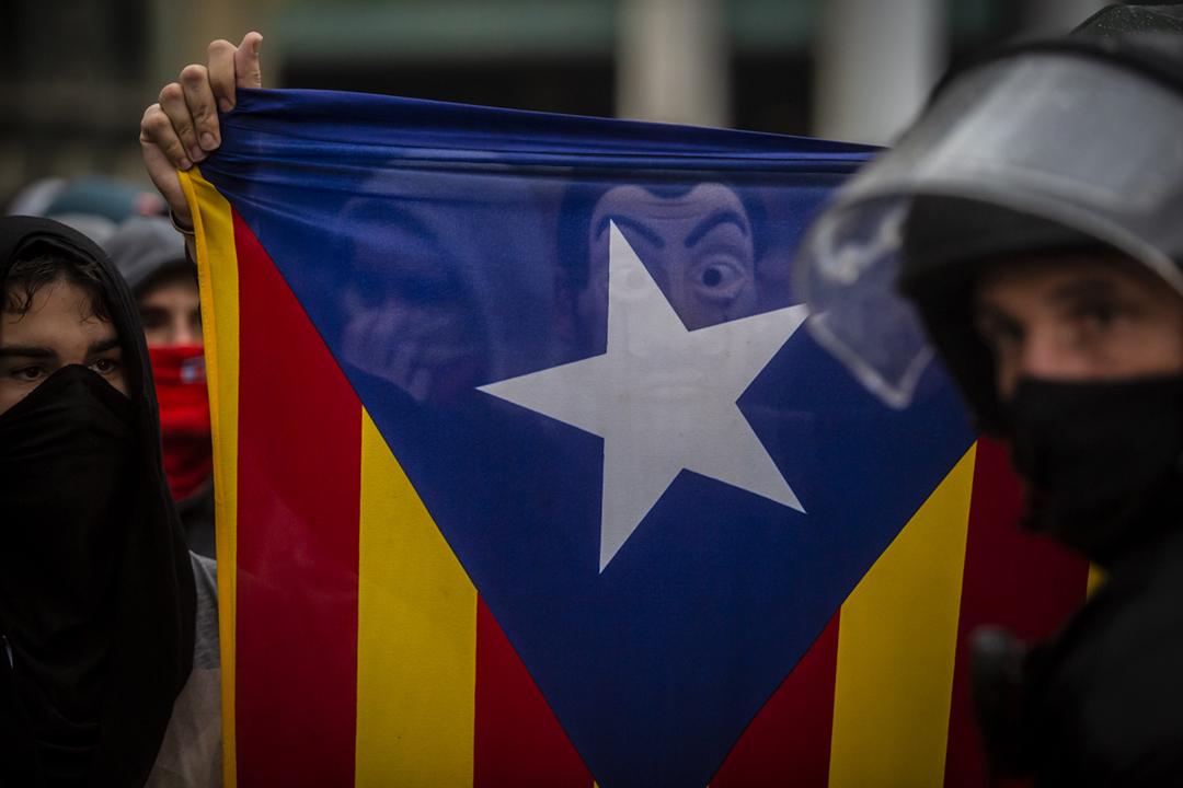2019年10月14日在巴塞隆拿機場,有加泰示威者戴上面具參與抗爭。 攝:Angel Garcia / Bloomberg via Getty Images
