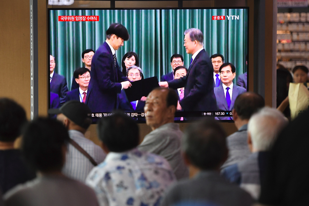 2019年9月9日,南韓總統文在寅不理輿論強烈反對,堅持任命曹國為法務部長、委以推動檢察機關改革的重任。然而,備受醜聞纏身的曹國最終於10月14日宣布請辭,在任僅35天。 攝:Jung Yeon-je / AFP / Getty Images