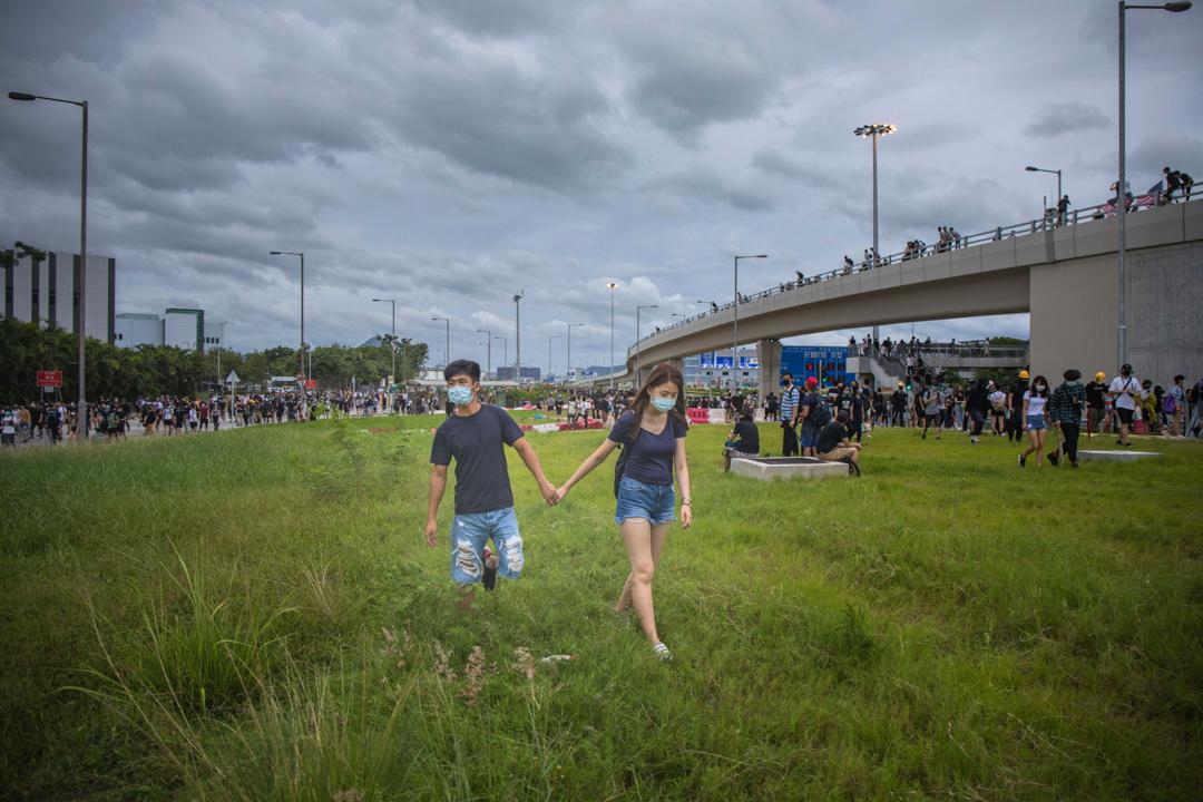 2019年9月1日,一對情侶正在參與機場「和你塞」行動。 攝:陳焯煇/端傳媒