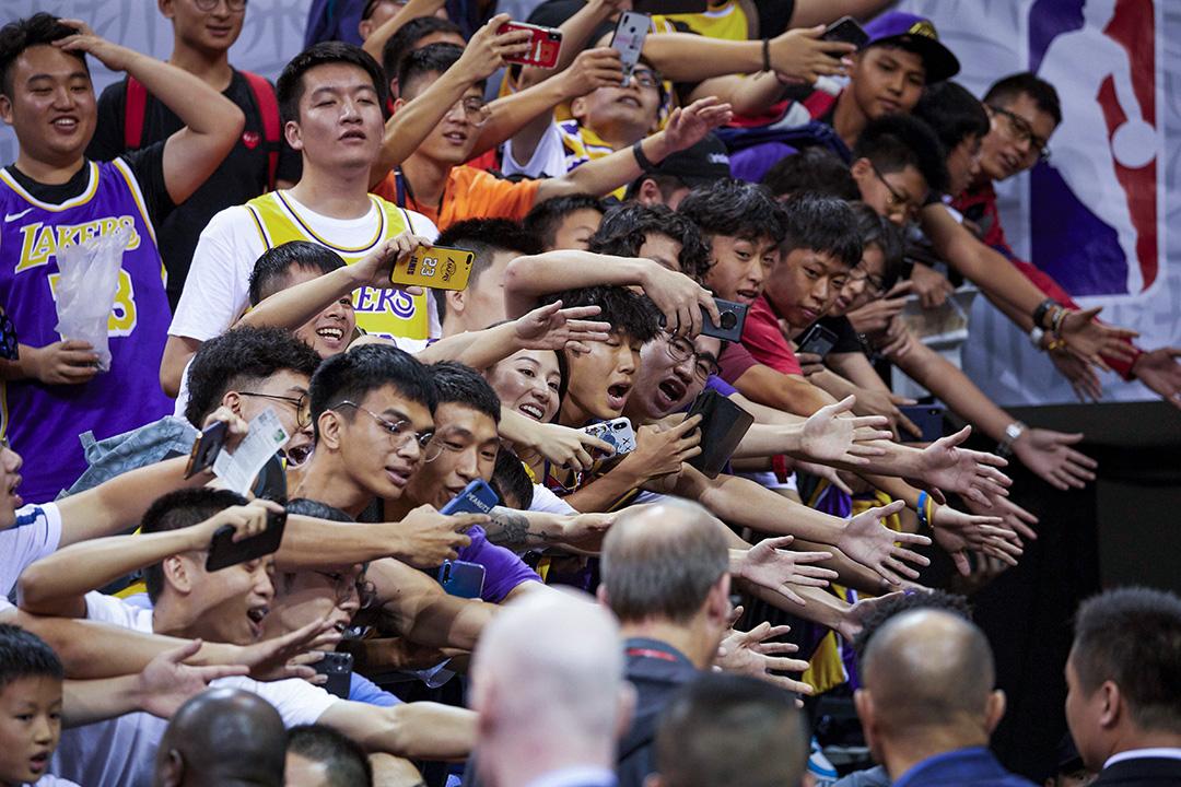 2019年10月12日,中國深圳的洛杉磯湖人隊和布魯克林籃網隊季前賽之後,球迷們爭相與球員們接觸。 攝:STR/AFP via Getty Images