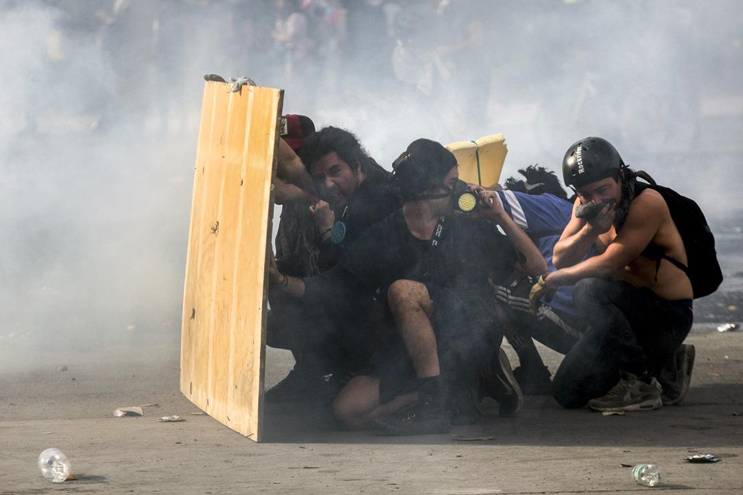 2019年10月22日,示威者在街頭與防暴警察發生衝突。