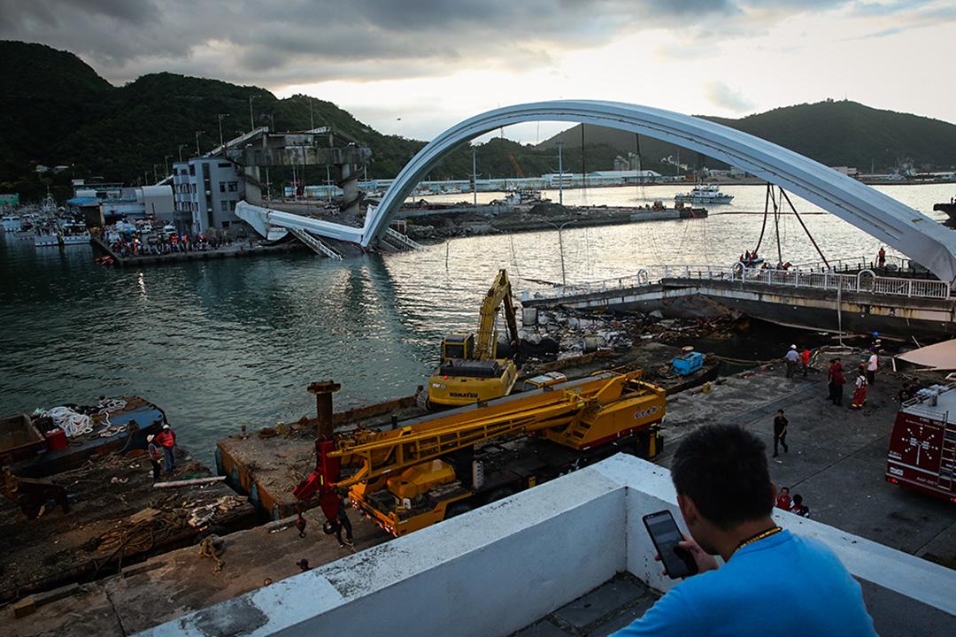 2019年10月1日上午9時30分,位於台灣宜蘭南方澳的跨港大橋突然斷裂。 攝:Eason Lam/端傳媒