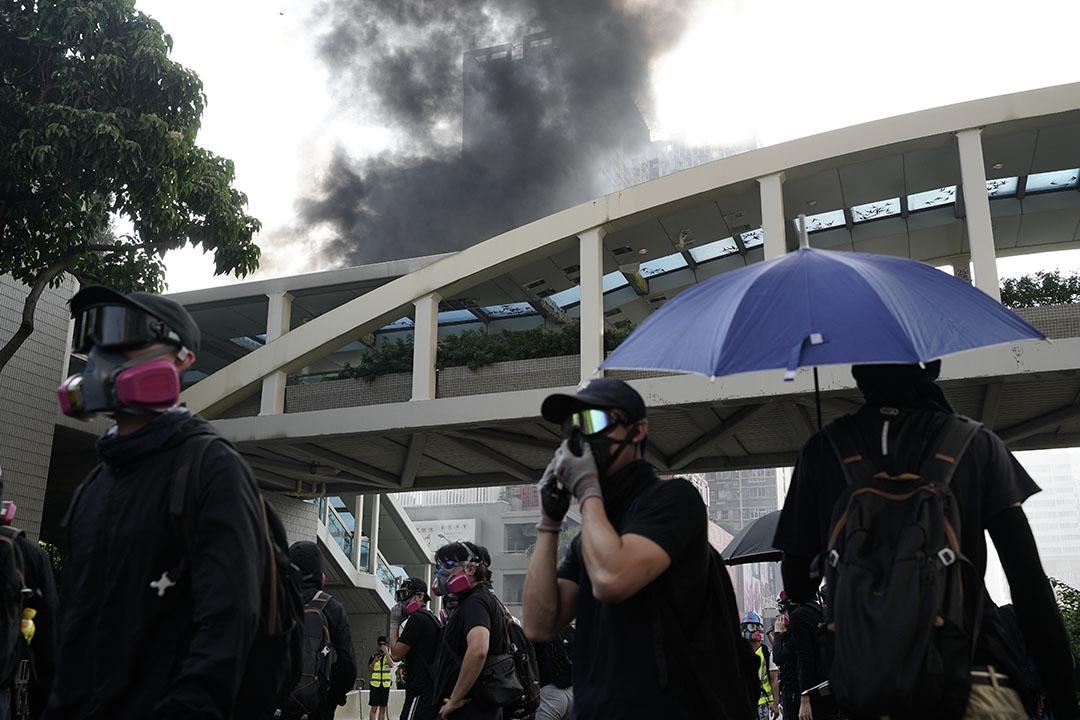 10月1日,黃大仙,4點左右,黑煙滾滾,汽油彈燒著了電單車。