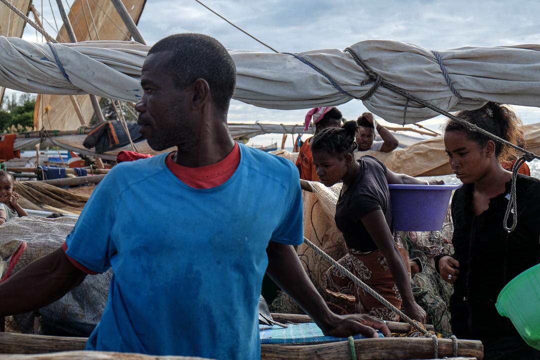 下午3、4點,漁民家人們在岸邊等待一天捕魚歸來的漁民。