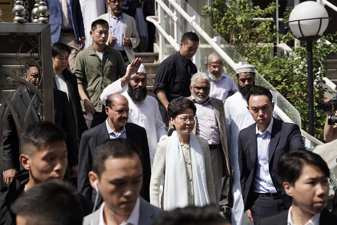 2019年10月21日,香港特首林鄭月娥到訪九龍清真寺暨伊斯蘭中心,就前一天警方水砲車向清真寺發射藍色水砲致歉。 攝:劉子康 / 端傳媒