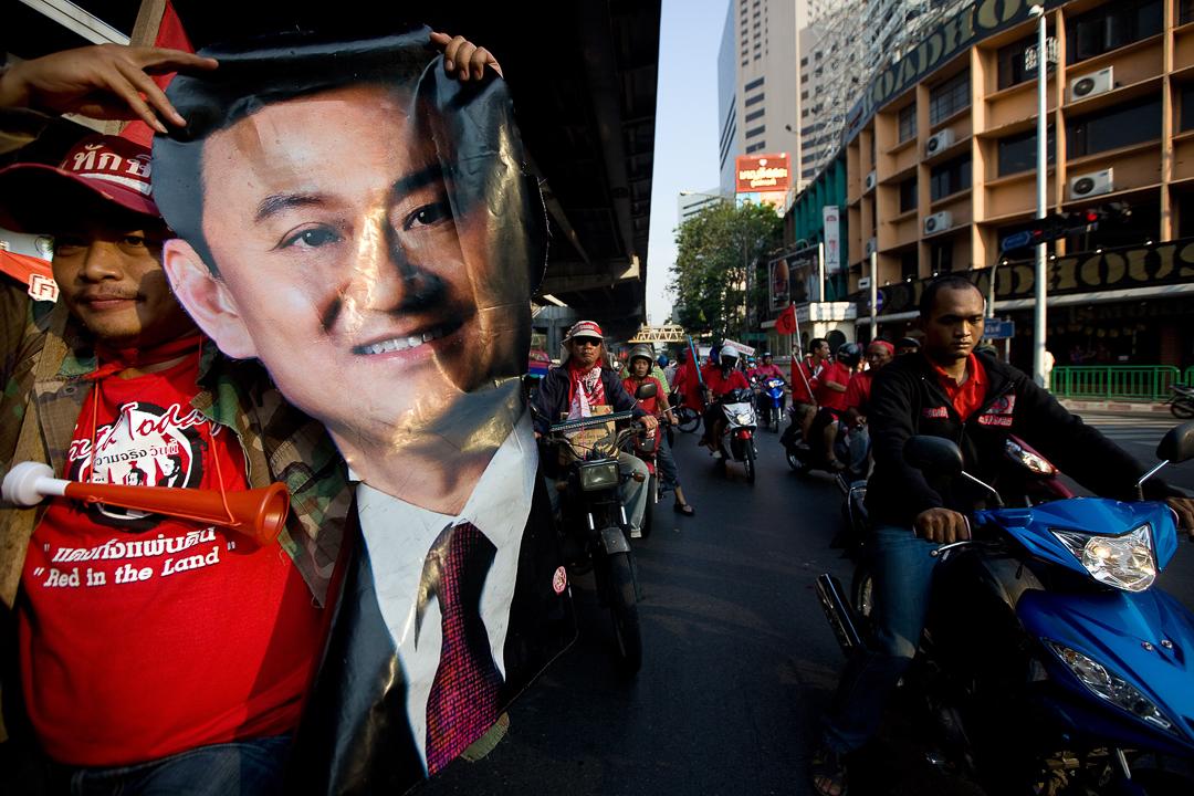 2010年,泰國爆發紅衫軍抗議活動,示威者手持遭軍事政變罷免的前首相Thaksin Shinawatra 肖像。