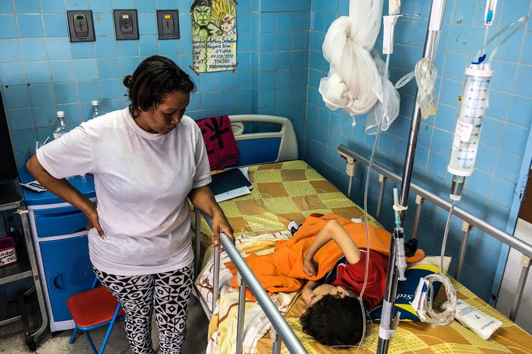 2018年4月10日,兒童醫院裡一名母親在她缺乏藥物的孩子旁邊。 攝:Federico Parra/AFP via Getty Images