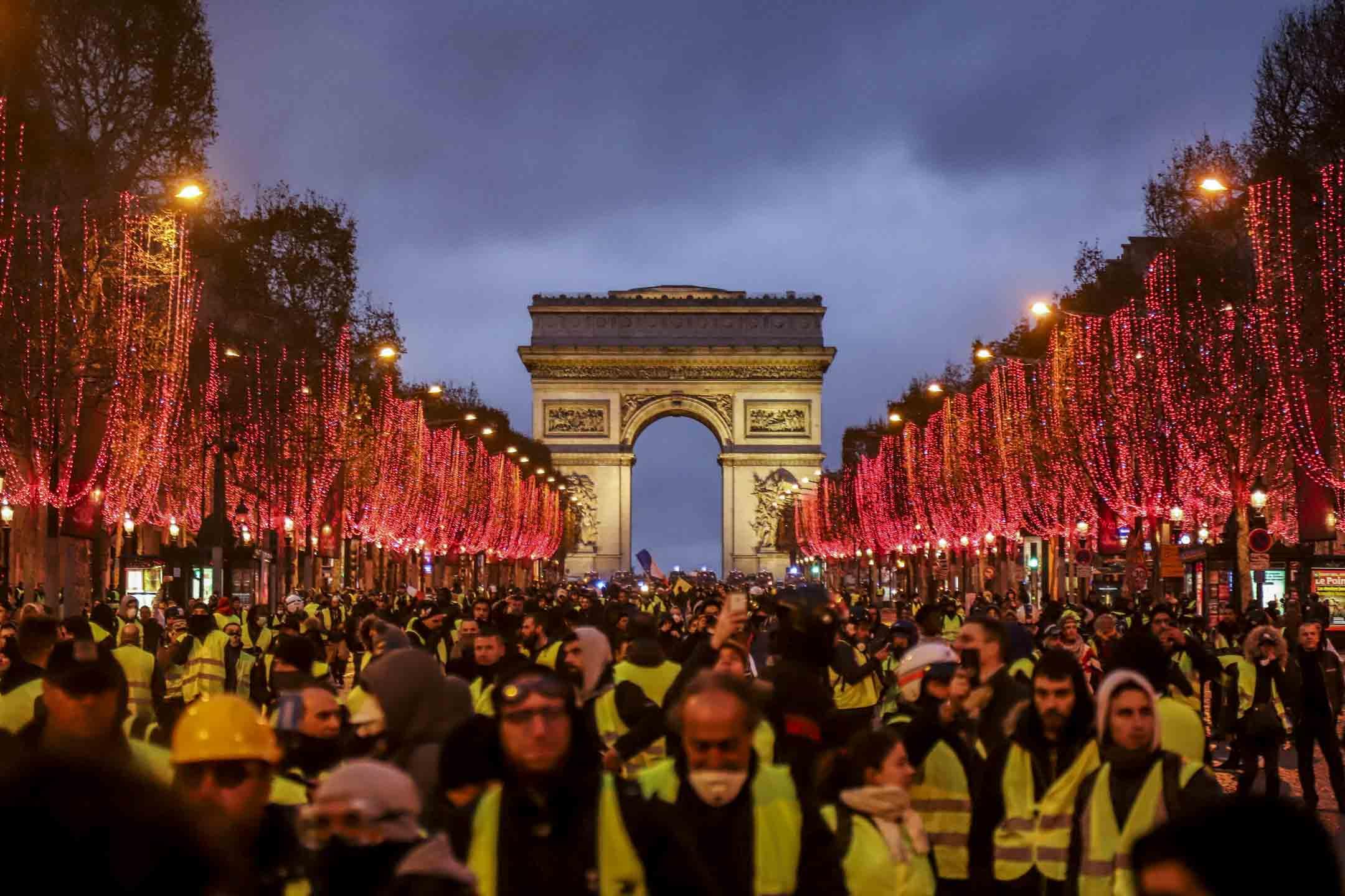 2018年12月8日,巴黎凱旋門下的黃背心運動。 攝:Nicolas Economou/NurPhoto via Getty Images