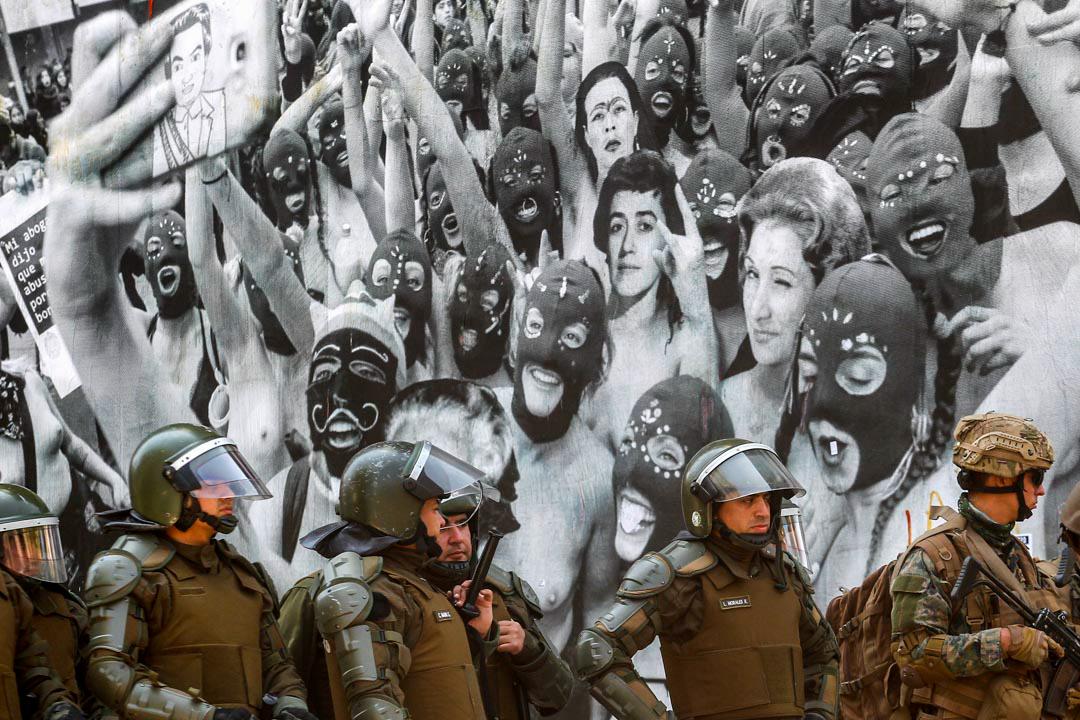 2019年10月20日,智利軍人在一幅壁畫前戒備。