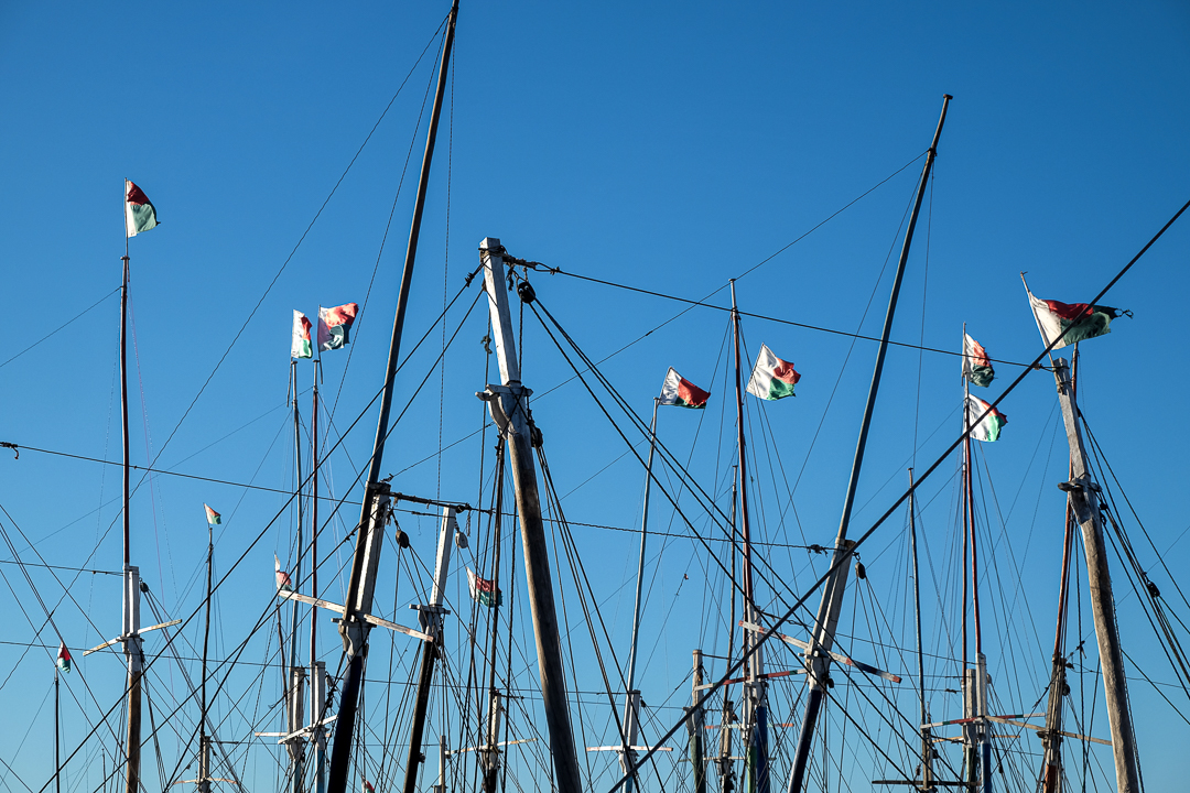 馬達加斯加的港口城市馬哈贊加(Mahajanga),船上掛著馬達加斯加國旗。