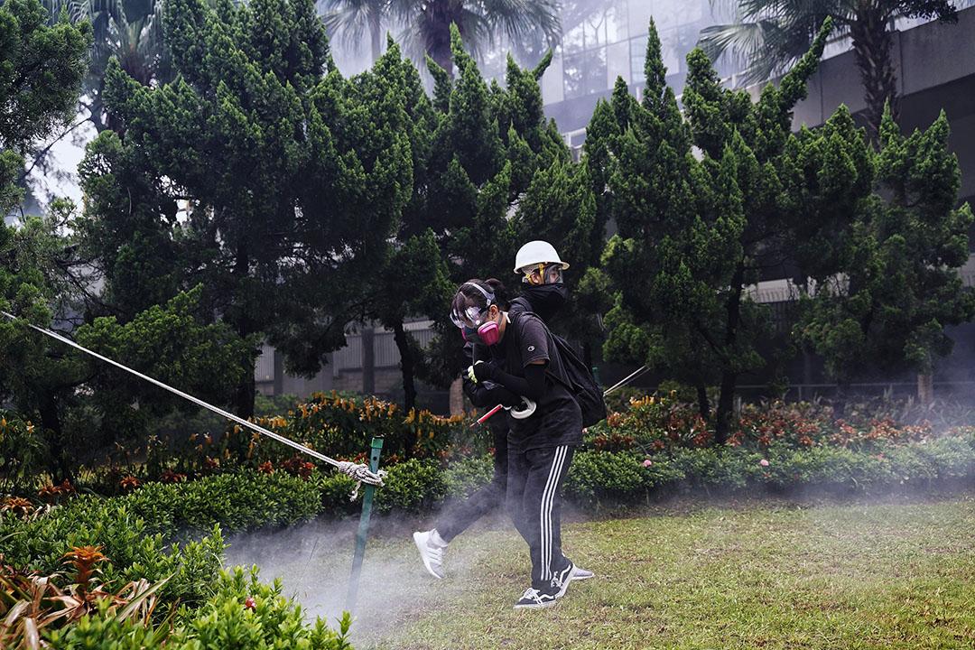 10月6日,下午五點左右,港島,催淚煙中的示威者。
