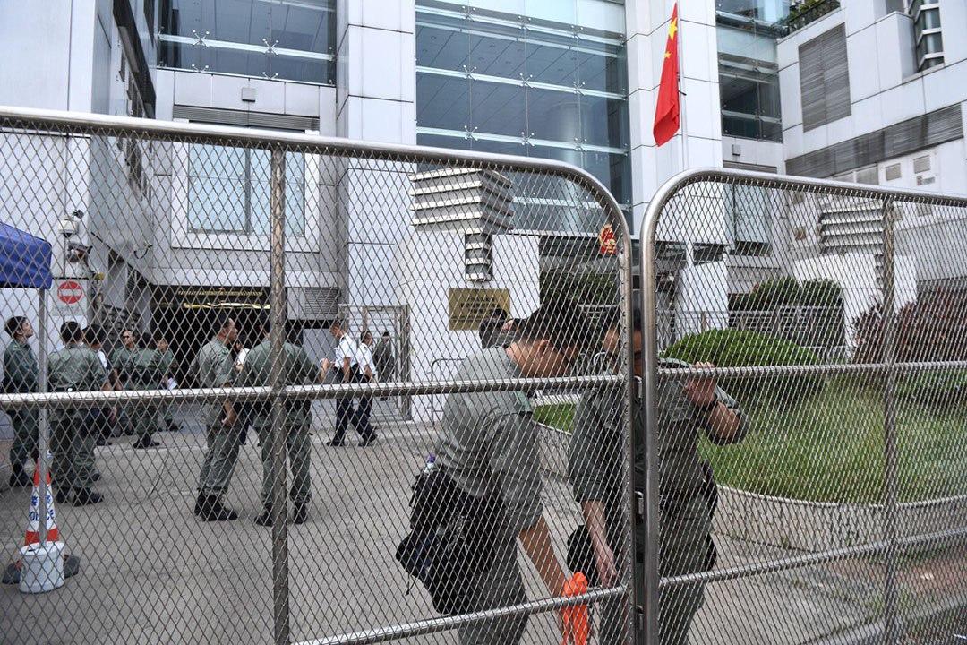 香港中聯辦前的警察。